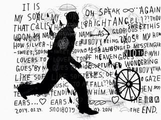 Мужчина катит колесо