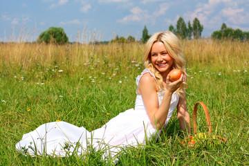 девушка с яблоком в руке
