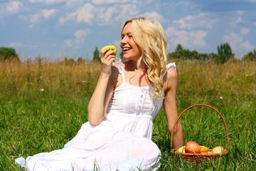 красивая блондинка с яблоком