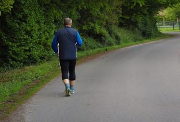 Mann läuft im Waldgebiet