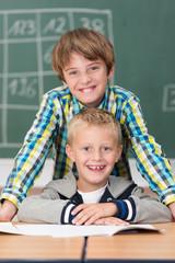 zwei lachende jungen in der grundschule