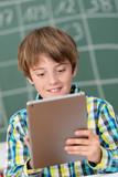 grundschüler arbeitet mit tablet-pc