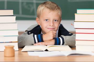 schüler liest in der schule