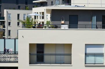 Immeuble récent avec balcon