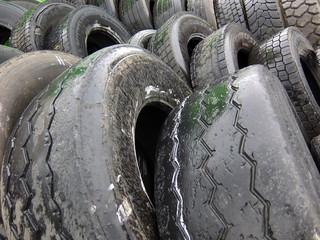 vieux pneus à recycler