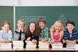 lachende kinder stützen sich auf schulbücher
