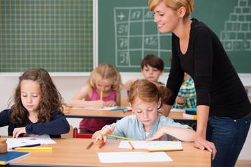 referendarin gibt unterricht an einer grundschule