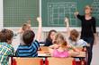 Leinwandbild Motiv kinder melden sich im unterricht