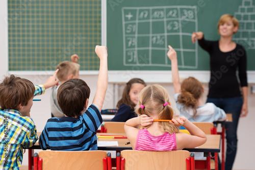 Leinwanddruck Bild kinder melden sich im unterricht