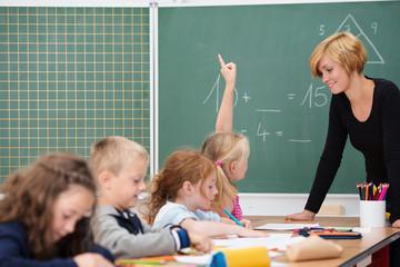 junge lehrerin unterrichtet eine klasse