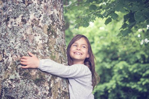 Leinwanddruck Bild Girl under big Tree, retro