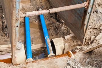 Arbeiten an der Kanalisation in einer Baugrube