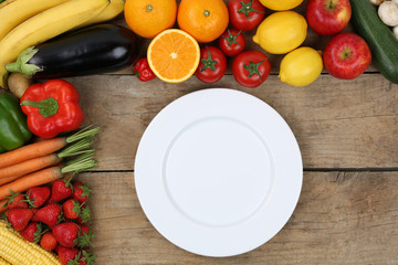 Leerer Teller umrahmt von Obst und Gemüse