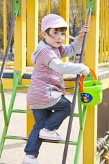 Ребёнок на игровой площадке