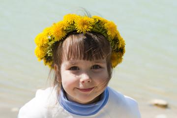 Портрет девочки в венке из цветов одуванчика