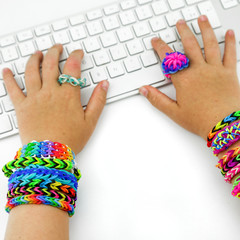 loom bands mains et clavier 1