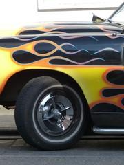 Lodernde Flamme auf einem Hot Rod aus den Fünfziger Jahren