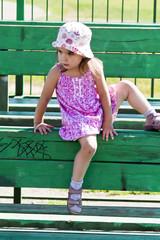 Девочка на трибуне спортивной площадки