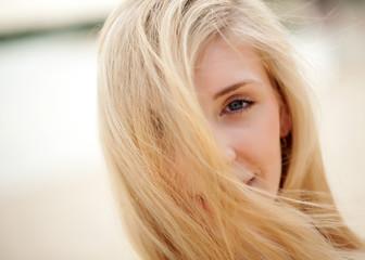 Blonde Frau am Strand fühlt sich wohl