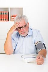 kranker patient kontrolliert den blutdruck