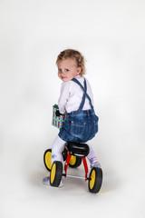 süßes Kleinkind auf einem Fahrrad blickt über die Schulter