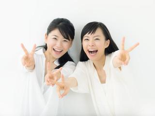 ピース・二人の若い女性