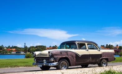 Kuba amerikanischer Oldtimer unter kubanischem Himmel