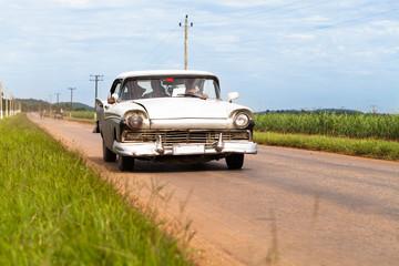 Kuba weisser amerikanischer Oldimer im Landesinneren