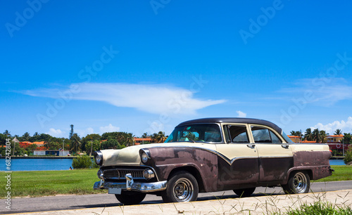 Kuba amerikanischer Oldtimer unter kubanischem Himmel - 68242804