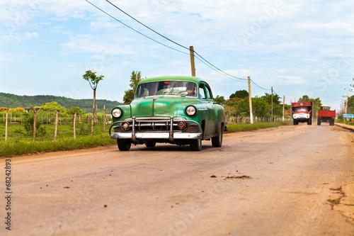Kuba grüner amerikanischer Oldimer im Landesinneren - 68242893