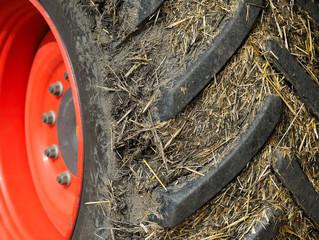 Profil Reifen mit Erde von Traktor