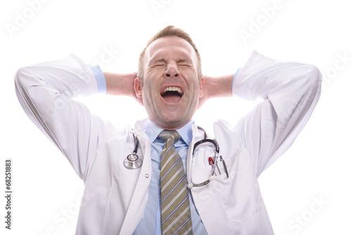 canvas print picture Zufriedener Arzt mit verschränkten Armen gähnt