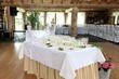 Kieliszki z szampanem na stole weselnym.
