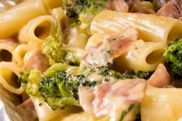 Nudelgericht mit Brokkoli und Schinken