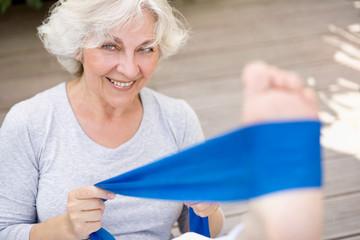 Aktive Seniorin mit Gymnastikband
