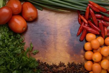 Cozinhando com tomates, pimentas e ervas