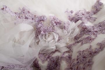 Particolare dell'abito della sposa