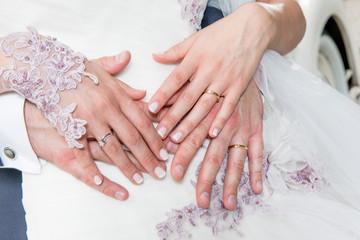 Mani degli sposi con le fedi nuziali