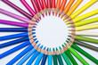 Kreis aus farbigen Buntstiften
