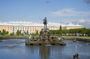 "Фонтан ""Нептун"" на фоне Петергофского дворца"