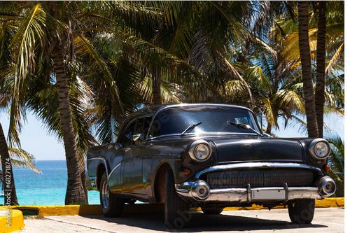 Kuba amerikanischer Oldtimer am Strand - 68271874
