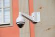 Leinwanddruck Bild - Überwachungskamera an einer Hauswand