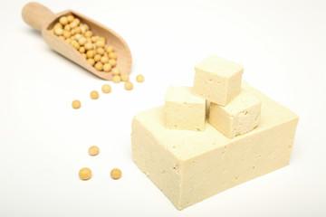 tofu su sfondo bianco
