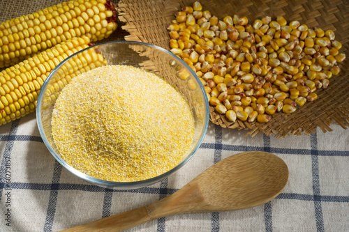 Maize and cornmeal in glass bowl - 68273857