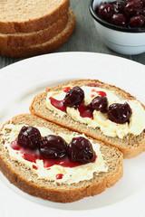 confettura di amarene su pane e burro