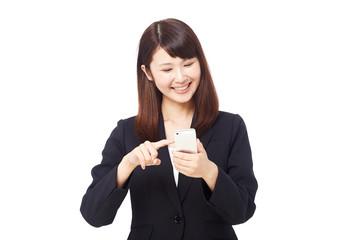 スマートフォンを持って笑うビジネスウーマン