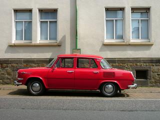 Rote Heckmotor Limousine der Sechziger Jahre aus dem Ostblock
