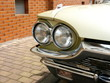 Doppelscheinwerfer eines Sportwagen Klassiker aus den USA