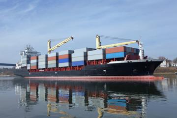 Containerschiff mit Kränen