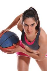 Mujer jugando balón cesto.